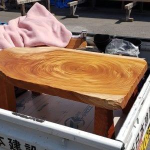 ケヤキのローテーブルを運びます。